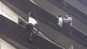Chlapec (4) visel z balkónu, táta lovil pokémony. Proto zasáhl až migrant