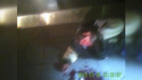 VIDEO: Zakopnutí s pořádným bolehlavem! Krvácejícímu muži museli pomoci strážníci