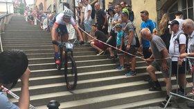 VIDEO: Na kole po pražských schodech! Cyklistická exhibice v srdci Prahy přilákala tisíce návštěvníků