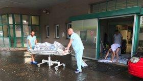 Průtrž vyplavila Prahu: ARO na Vinohradech nepřijímalo pacienty, voda zaplavila metro