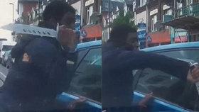 Řidič málem srazil cyklistu, ten na něj vytáhl obří nůž a začal se dobývat do jeho auta
