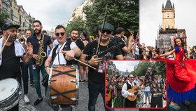Prahou prošli romští muzikanti: Na festival Khamoro přijeli i Romové ze zahraničí