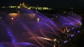 VIDEO: Tisícovka hasičů stříkala nad Vltavu: Obří fontánou oslavili 100 let české státnosti