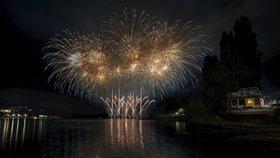 Fantazie barev nad přehradou: Úvodní ohňostroj soutěže Ignis Brunensis sledovalo 180 tisíc diváků!