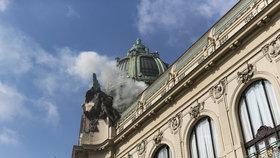 Hoří střecha Obecního domu! Hasiči v centru Prahy cvičí likvidaci požáru