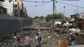 Život v odpadkovém pekle: Celá čtvrť se ztrácí pod nánosy plastů