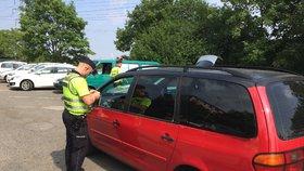 """Míříte na výlet? Pozor, policisté chystají velkou """"razii"""" na mobily za volantem"""