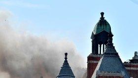 V Londýně vzplál luxusní hotel Mandarin Oriental. Mohli za obří požár pokrývači?