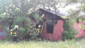 Na pankráckém sídlišti hořel bezdomovecký srub. Hasiči bojovali s ohněm přes hodinu