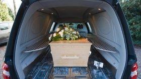 Skandál pohřebáků: Tělo nechali v autě, odešli na festival!