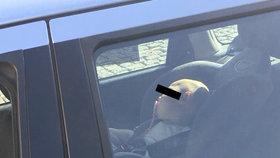 Rodič v Třebíči zamkl chlapce (2) v autě v pravé poledne! Přehřáté dítě odvezla sanitka