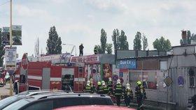 V libušské tržnici Sapa hořelo! Plameny zachvátily střechu jedné z hal