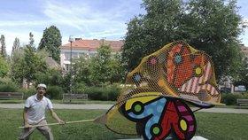 Motýl z Ortenova náměstí skončil v síti! Krajanovu sochu lapil brazilský umělec