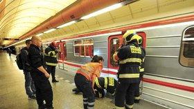 Sebevražda v metru: Ve stanici Křižíkova skončil člověk pod jedoucí soupravu