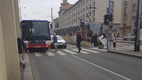V Podbabě se vyboural autobus s autem. Cestující se praštila hlavou o tyč