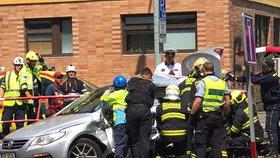 Srážka auta s tramvají zastavila MHD ve Střešovicích. Řidiče (71) museli vyprostit hasiči