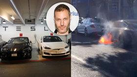 """Známému režisérovi vzplál elektromobil Tesla. """"Ještě že v něm neseděly dcery"""""""