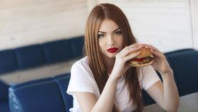 Jedy z fast foodu: Jak ničí vaše játra, plíce i nervový systém