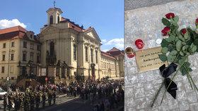 Před kostelem v Praze uctili parašutisty, kteří zabili Heydricha: Protektorátním hrdinům odhalili na chodníku kovové destičky