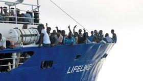 Loď plná uprchlíků dál marně hledá přístav. Nesmí do Itálie, ani na Maltu