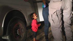 """Fotka """"odebrané"""" plačící holčičky šokovala svět. Otec: Celé to bylo jinak"""