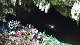 Celý fotbalový tým se ukryl před lijákem do jeskyně. Od té doby o něm není zpráv