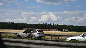 Hořící BMW na D1 před Prahou zastavilo provoz: Řidiči stáli v dlouhé koloně