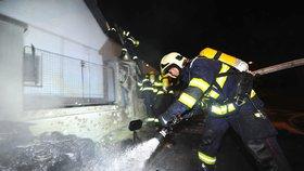 Auto ve Velké Chuchli někdo zapálil schválně! Plameny přeskočily i na vedlejší dům, škoda je dva miliony