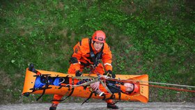 FOTO: »Poplach« na Vyšehradu. Pražští hasiči nacvičovali záchranu osob spadlých z hradeb