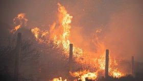 Mohutný požár v Anglii vyhnal lidi z domovů. Kouř zaváněl jako uzené makrely