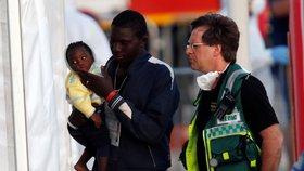 Migranti se dočkali, loď Lifeline zakotvila na Maltě. Rozdělí si je osm zemí