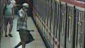 Stálo mu to za to? Policie pátrá po muži, který kvůli graffiti riskoval v metru život