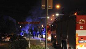Noční zásah hasičů v Malešicích: Hořel přístavek u rodinného domu