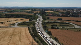Kilometrové kolony na Pražském okruhu: V Lochkovském tunelu se srazily náklaďáky