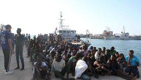 U břehů Libye zachránili 123 migrantů. Mezi sedmi utonulými jsou dvě děti