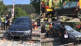 Řidič mercedesu ignoroval zákaz a uvízl na kolejích u Karlštejna. Vyprostit ho museli hasiči