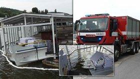 Lodní restaurace skončila pod vodou! U Vltavy na Smíchově zasahovali hasiči i potápěči