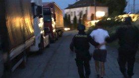 Zásah policejních těžkooděnců: U vysočanské ubytovny se střílelo, muž byl zpitý pod obraz