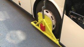 Porušili předpisy, tak skončili s botičkou. Provozovatele autobusu a kamionu nyní čeká velká kauce