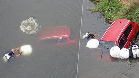 Řidič si v Kroměříži nezabrzdil auto a sjelo mu do řeky! Bylo rok staré
