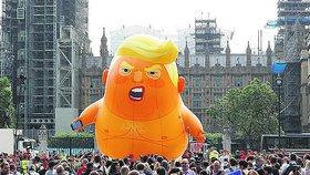"""Britská muzea se rvou o nafukovačku """"Mimina Trumpa"""", autoři chystají turné"""