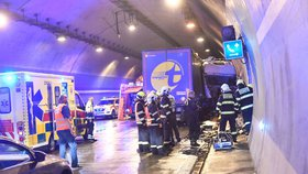 Zavřený Komořanský a Lochkovský tunel: Ve směru na letiště havarovaly dva kamiony