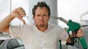 Ceny benzinu a nafty po rekordním poklesu zase rostou. Za litr zaplatíme přes 26 korun