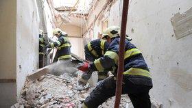 Zřícený strop v centru Prahy: Další kus zdi zasáhl hasiče, přerušili vyprošťovací práce