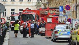 Hasiči v noci ukončili pátrání v sutinách v centru Prahy. Nikoho dalšího nenašli