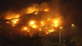 Na Mallorce museli evakuovat 60 turistů. Po velké ničivé vlně ostrov zasáhl požár