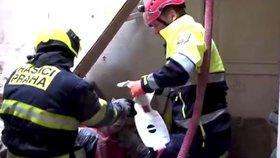 Jak hasiči zachránili zavalené dělníky: Video mapuje náročný zásah v centru Prahy