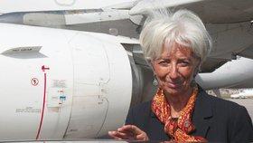 V letadle ze setkání mocných klesl tlak, muselo nouzově přistát. Letěla i šéfka MMF