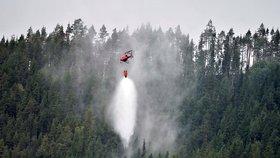 Švédsko sužují lesní požáry. Česko nabízí vrtulník s vakem i posádkou