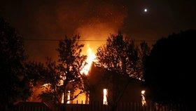 Obří požár, který zabil 85 lidí, někdo zřejmě založil úmyslně. Řecko zahajuje šetření